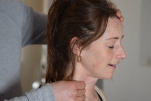 Spændte muskler i halsen kan løsnes med manuelle teknikker